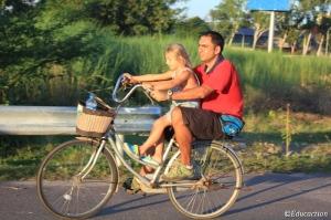 Paseo en bicicleta por la rivera del río Mekong