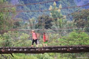 Campesinas cruzando el puente de Vang Vieng