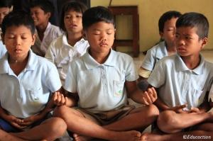 """Niños meditando en la """"Chicken School"""""""