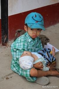Niño con su hermanito en la Mae Tao Clinic