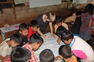 Ishi con los niños de las Escuela del Km42