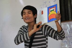 Profesor contando el cuento de Caperucita en birmano