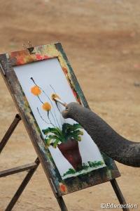 Elefanta pintando en el Mae Sa Elephant Camp