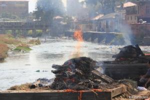 Cremaciones en el templo de Pashupatinath