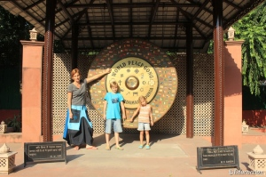 La familia en el The Martydom Site of Mahatma Ghandi