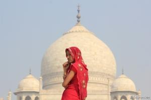 Pensativa ante el majestuoso Taj Mahal
