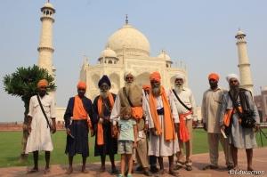 Noa con un grupo de sijs en el Taj Mahal