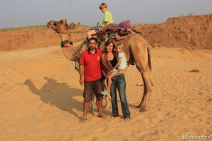 En camello por el desierto de Pushkar