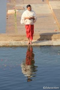 Hombre rezando en el lago sagrado de Pushkar
