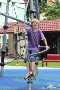 Ishi jugando en un parque